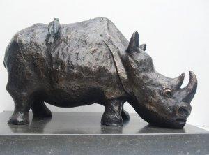 Rhino met ossepikkers, brons. l. 48 cm. h. 28 cm. Prijs op aanvraag